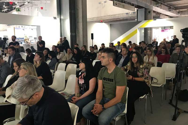 Publico escuchando en Salón Look