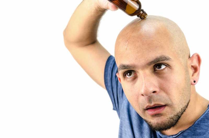 chico poniendo aceite en su cabeza
