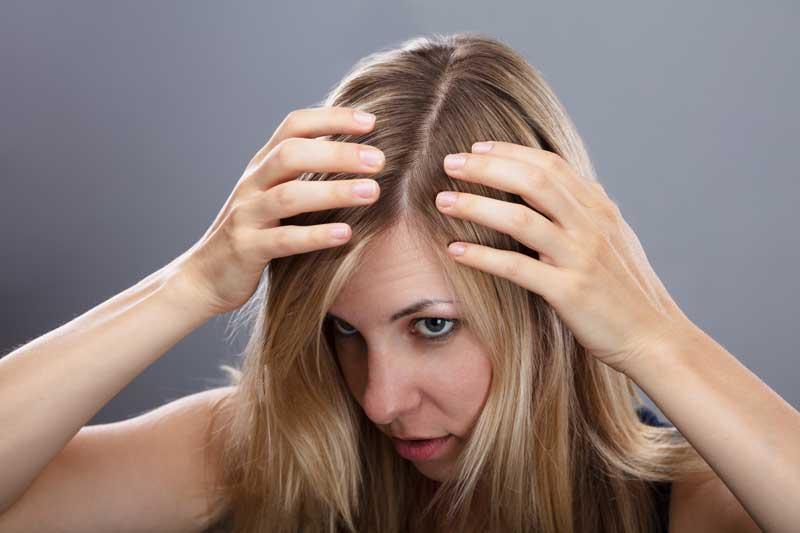 chica mirando pelo