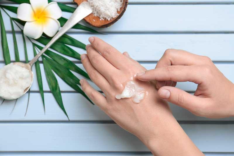 manos con crema de coco
