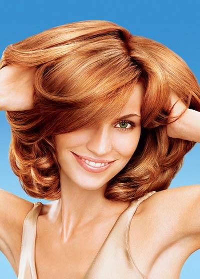 mujer cuidándose el cabello con aceite de argán