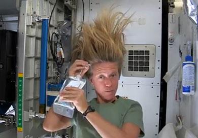 Lavarse el pelo en una nave espacial
